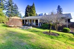 Casa de um só andar clássica americana com um jardim Imagens de Stock Royalty Free