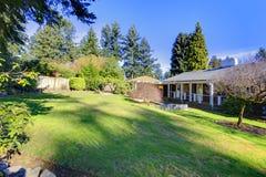 Casa de um só andar clássica americana com um jardim Fotos de Stock Royalty Free