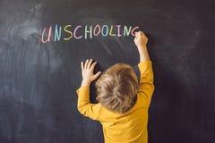 Casa de Unschooling do conceito que aprende de volta ao giz da cor da escola sobre fotos de stock royalty free