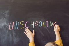 Casa de Unschooling do conceito que aprende de volta ao giz da cor da escola sobre foto de stock royalty free