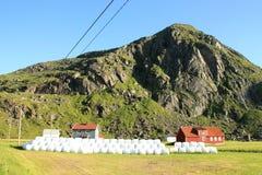 Casa de Uttakleiv, granero y balas de heno Fotografía de archivo
