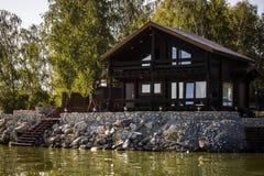 Casa de vacaciones por el agua Imagenes de archivo