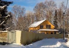 Casa de vacaciones, tableros de dirección, en un paisaje del invierno Imagen de archivo libre de regalías