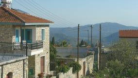 Casa de vacaciones y calle, montañas hermosas de la albañilería en el fondo, paisaje almacen de video