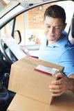 Casa de In Van Delivering Package To Domestic del mensajero Fotografía de archivo libre de regalías