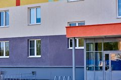 Casa de varios pisos en una vecindad joven foto de archivo