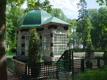 Casa de verão de pedra no jardim Imagens de Stock Royalty Free