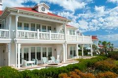 Casa de verão luxuosa da praia do sonho americano imagens de stock royalty free