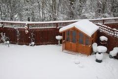 Casa de verão no inverno fotos de stock