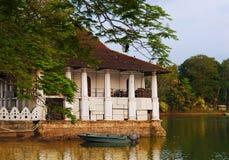 A casa de verão real está no lago Kandy, Sri Lanka imagens de stock royalty free