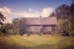 Casa de verão de relaxamento do país imagens de stock
