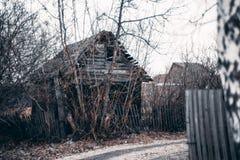 Casa de verano vieja abandonada en pueblo suburbano Imagen de archivo libre de regalías