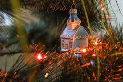 Casa de vidro, pouco brinquedo da árvore de Natal na árvore de Natal foto de stock