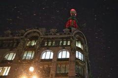 Casa de Zinger no inverno na noite fotografia de stock royalty free