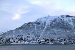Casa debajo de la montaña en Tromso fotos de archivo libres de regalías