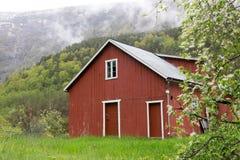 Casa debajo de las montañas Imagen de archivo libre de regalías