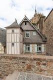 Casa debajo de Mont Saint Michel fotos de archivo
