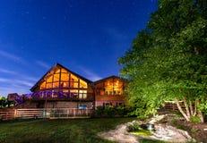 Casa debajo del cielo nocturno Fotografía de archivo libre de regalías