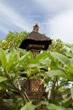 Casa decorada ornamentado do espírito com o telhado cobrido com sapê em Bali, Indonésia Imagem de Stock