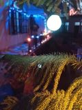 casa decorata durante il diwali con le luci piuttosto che fumo ed i cracker immagine stock