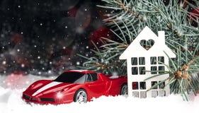 Casa decorativa de madeira na neve, carro Fotografia de Stock
