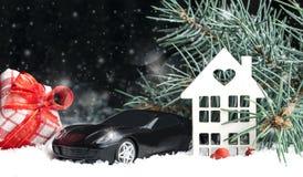 Casa decorativa de madeira na neve, carro Fotografia de Stock Royalty Free
