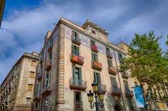 Casa decorativa en la calle de Rambla en Barcelona, España Foto de archivo libre de regalías