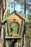 Casa del árbol de madera verde Imagenes de archivo