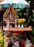 Casa del alcohol en Tailandia con los floreros Imágenes de archivo libres de regalías