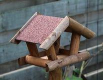 Casa del alimentador del pájaro en jardín Imágenes de archivo libres de regalías