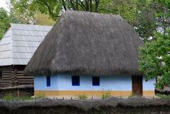 Casa del azul de cielo con las ventanas azules Fotos de archivo