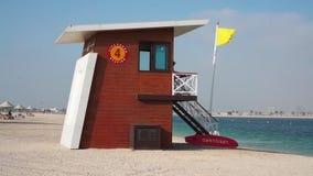 Casa del bagnino sul beah nel Dubai stock footage