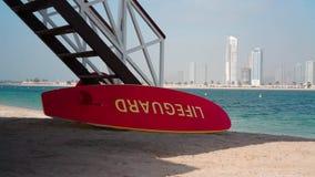 Casa del bagnino sul beah nel Dubai video d archivio