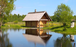 Casa del campo en el lago imagen de archivo