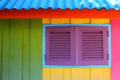 Casa del Caribe del estilo de la playa pintada con colores primarios en estilo decorativo del reggae fotos de archivo libres de regalías