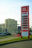 Casa del centro urbano di Vilnius e supporto di Lukoil Immagine Stock Libera da Diritti