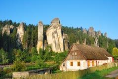Casa del cottage con le torri dell'arenaria e della foresta Fotografia Stock