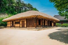 casa del Cubrir con paja-tejado en el pueblo literario de Kim usted jeong en Corea imagenes de archivo