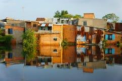 Casa del downgrade de la orilla, pared de ladrillo, pobre Imagen de archivo