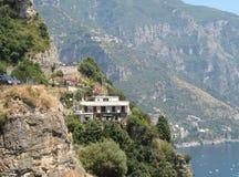 Casa del fianco di una montagna dal mare Fotografia Stock Libera da Diritti