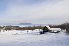 Casa del fin de semana en la nieve imágenes de archivo libres de regalías