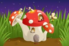 Casa del fungo con le lucciole Immagini Stock