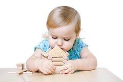 Casa del giocattolo della costruzione della bambina Fotografia Stock Libera da Diritti
