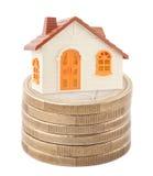Casa del giocattolo sulla pila di euro monete Fotografie Stock Libere da Diritti