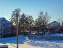 Casa del invierno cerca del pueblo fotos de archivo