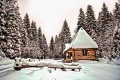 Casa del invierno en las montañas imagen de archivo