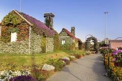 Casa del jardín del milagro de Dubai cubierta con diversas flores Fotos de archivo libres de regalías