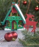 Casa del juguete con la decoración de la Navidad en frente Fondo y decoraciones de la Navidad Foto de archivo libre de regalías