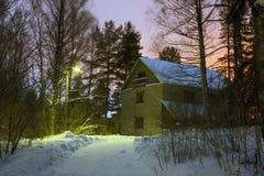 Casa del ladrillo del país y lámpara de calle por la tarde Foto de archivo
