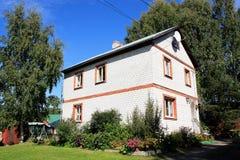 Casa del ladrillo en el pueblo Imagenes de archivo